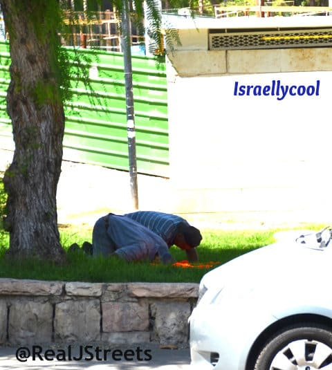 image Muslim men praying, photo Muslim oppression in Al Quds