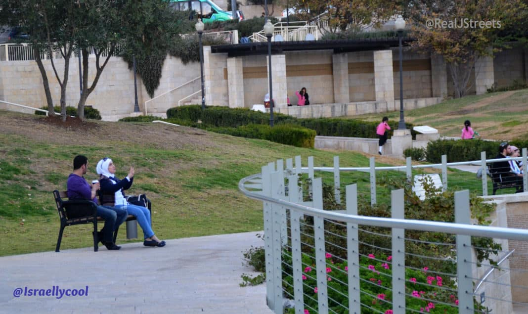 photo Palestinian couple, picture Jerusalem Palestinians, image Israel apartheid