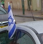 Flag crop Renault Fluence ZE Better Place in the rain with flags
