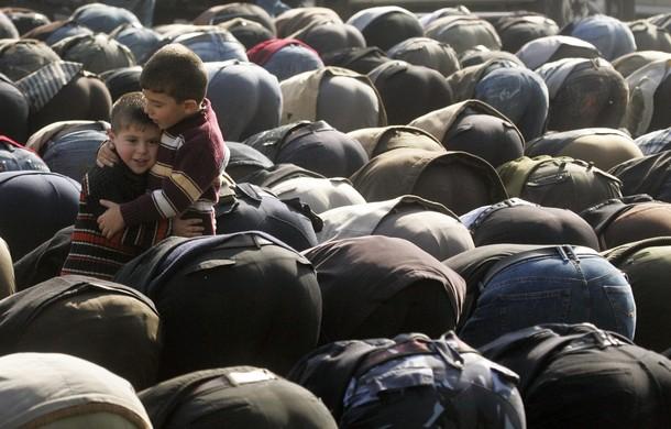 Palestinian praying - Reuters