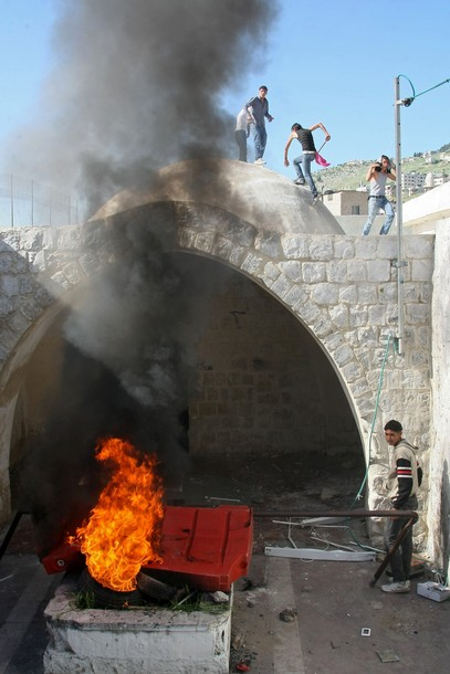 Palestinians burn joseph tomb