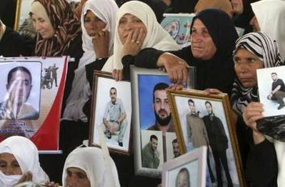 palestinian pose2 - Reuters